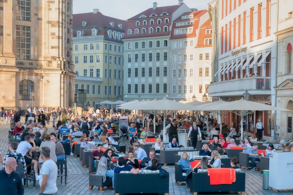 Volle Cafés und Restaurants im Spätsommer. Doch die Idylle am Fuß der Dresdner Frauenkirche und anderswo trügt. Vielerorts fehlt Personal. Und dank der Staatshilfen begann die Herausforderung erst, als die Gastronomen wieder öffnen durften.