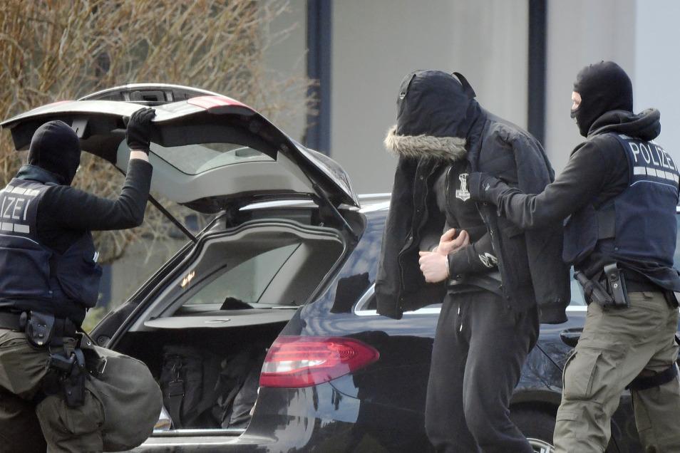 Nach der Zerschlagung einer mutmaßlichen rechten Terrorzelle sind die ersten Festgenommenen in Karlsruhe zu Haftrichtern des Bundesgerichtshofs (BGH) gebracht worden.