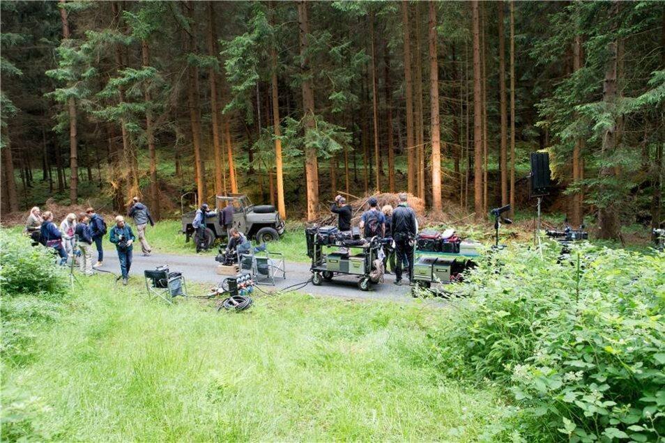 """In einem Wald bei Kleingießhübel fanden am Mittwoch Dreharbeiten zu """"Jonas Waldek"""" statt. Zwei Teile werden derzeit produziert. Die Filme werden eine Mischung aus Abenteuer-, Familien- und Naturfilm."""
