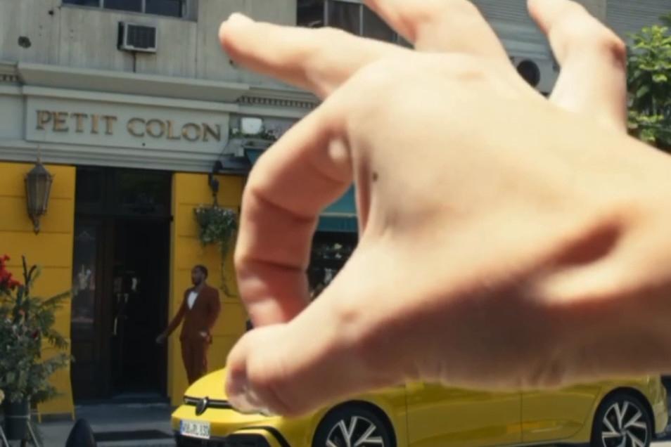 In dem Video wurde ein schwarzer Mann von einer weißen Hand weggeschnipst.