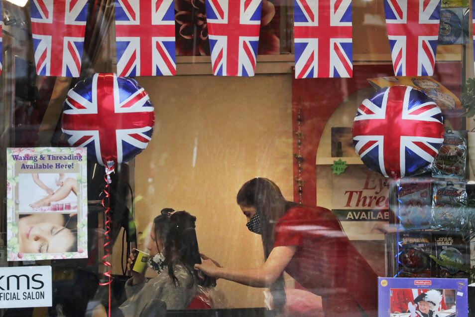 Vielleicht bereitet sich dieser Frau, die sich in London die Haare schneiden lässt, schon auf die nächste Reise vor?