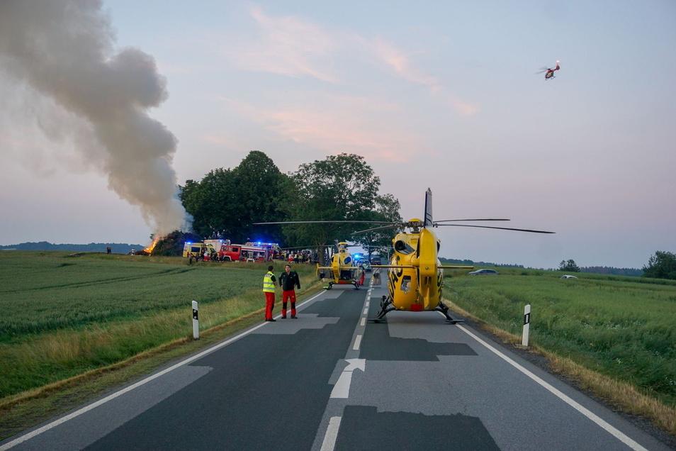 Mehrere Rettungshubschrauber aus Sachsen und Brandenburg flogen fünf Verletzte in Kliniken.