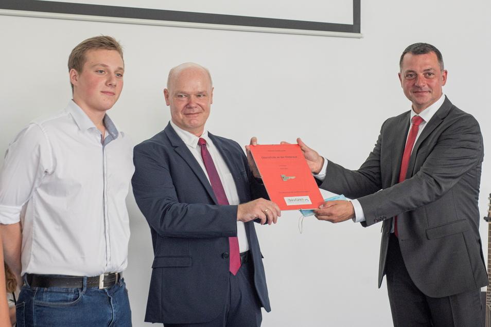 Vize-Landrat Udo Wittschaß (r.) überreichte einen symbolischen Schlüssel an Schulleiter Stefan Cyriax und einen Schülersprecher.