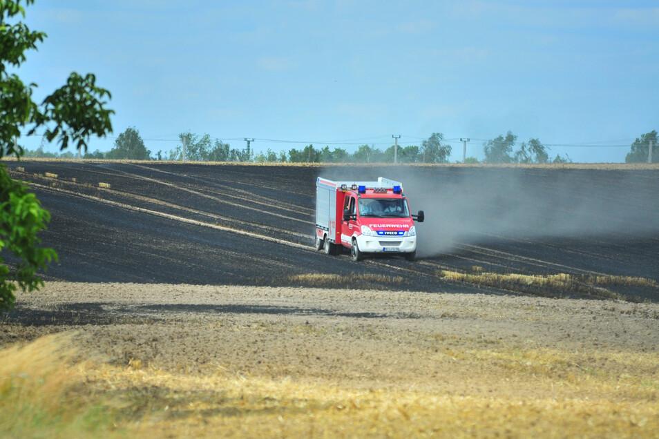 Die Einsatzkräfte in diesem Fahrzeug kämpften bis zum Schluss gegen das Feuer auf dem Feld der Kmehlener Agrarprodukte GmbH. Insgesamt 46 Kameraden sorgten dafür, dass der Brand nach einer Stunde unter Kontrolle war.