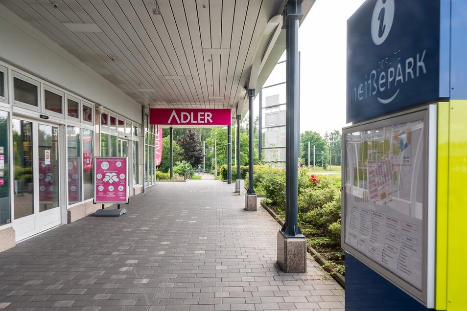 Seit 1994 gibt es die pinken Adler-Schilder - und das Geschäft - in Görlitz. Bald müssen sie abgebaut werden.
