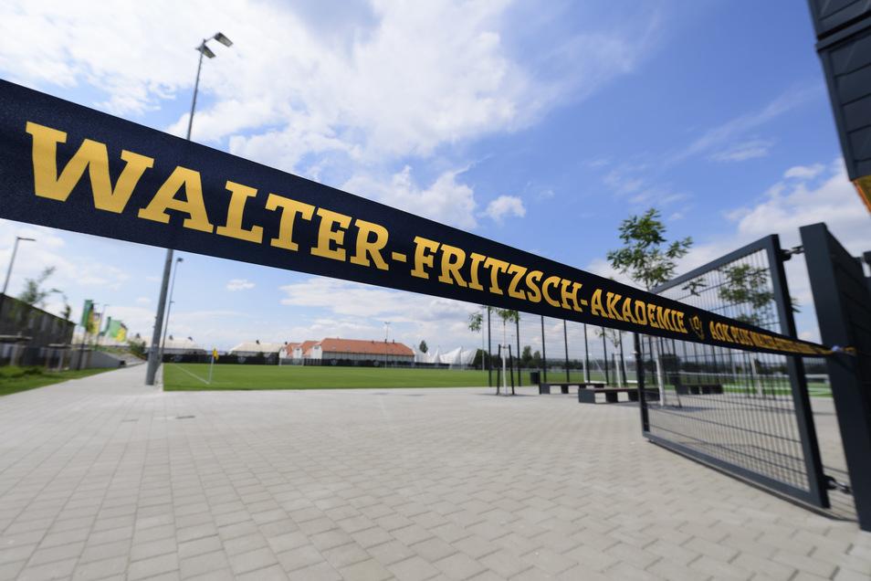 """Die Trainingsplätze des neuen Trainingszentrums sind vor der Eröffnung mit Absperrband mit der Aufschrift den """"Walter-Fritzsch-Akademie"""" abgesperrt."""