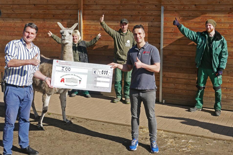 Der Zoologische Leiter Eugène Bruins (links) und seine Mitarbeiter freuen sich über eine 4.000-Euro-Spende der Geschwister Zeitz Apotheken. Inhaber Dr. Sten-Gunnar Zeitz überreichte persönlich den symbolischen Spendenscheck im Zoo.