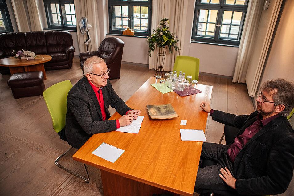 Das Dienstzimmer des Hoyerswerdaer Oberbürgermeisters im Ende der 1990er-Jahre sanierten Rathaus sieht jetzt den dritten OB. Torsten Ruban Zeh, hier am Montag im Gespräch mit TAGEBLATT-Redaktionsleiter Uwe Schulz, will, dass es auch für normale Besucher o