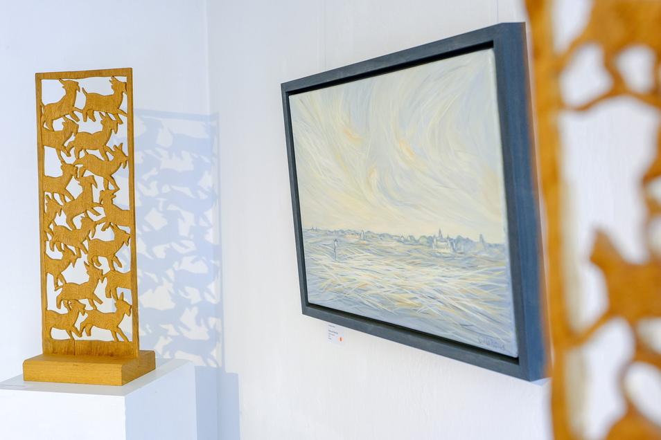 In der Galerie mit Weitblick sind filigrane Holzplastiken mit Gemälden vereint, die von Farbgebung und Pinselführung zuweilen an van Gogh erinnern lassen.