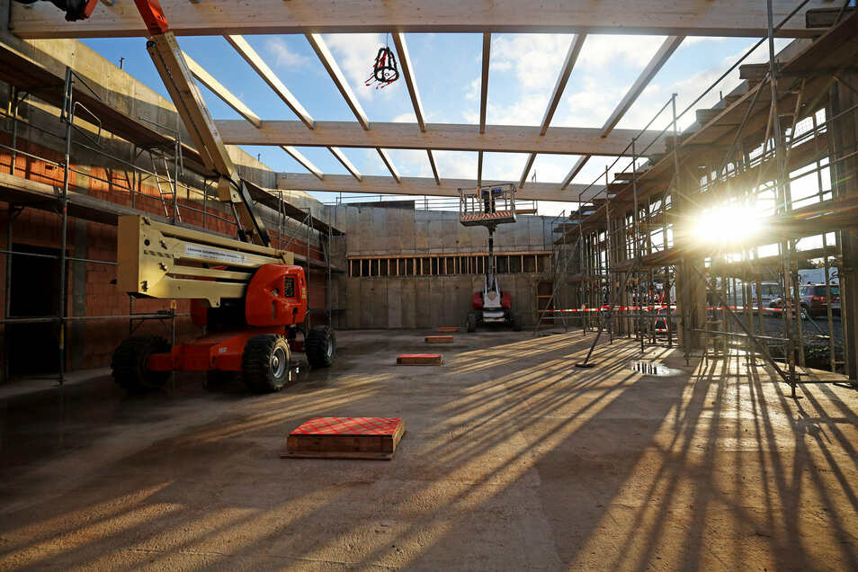 Ein Blick in die geplante Fahrzeughalle, über der noch der Richtkranz schwebt. Vier Fahrzeuge werden hier Platz finden.