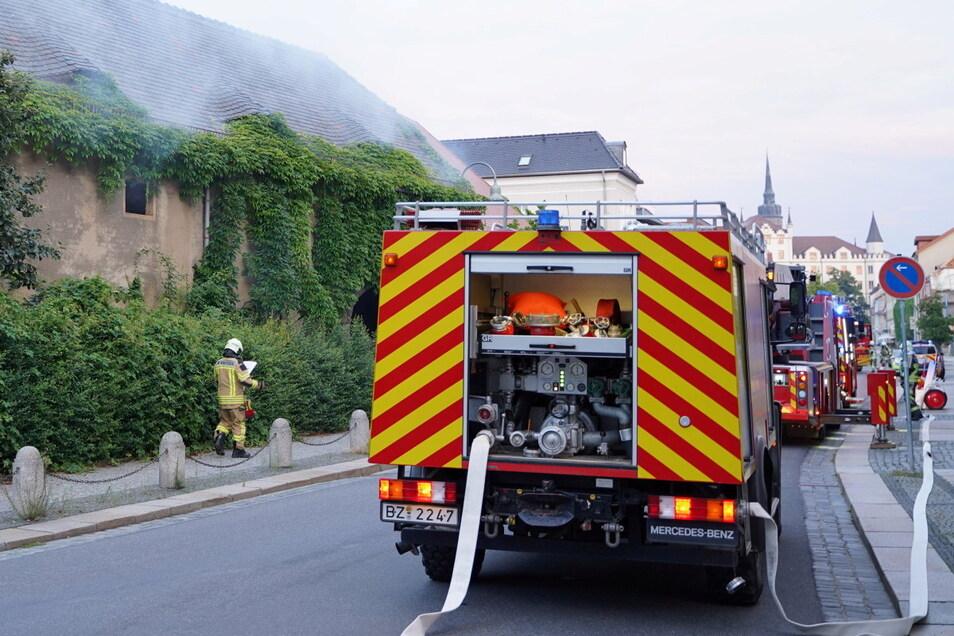 Einen Brand in einem leerstehendem Gebäude an der Bautzener Töpferstraße haben Feuerwehrleute am Donnerstagmorgen gelöscht.