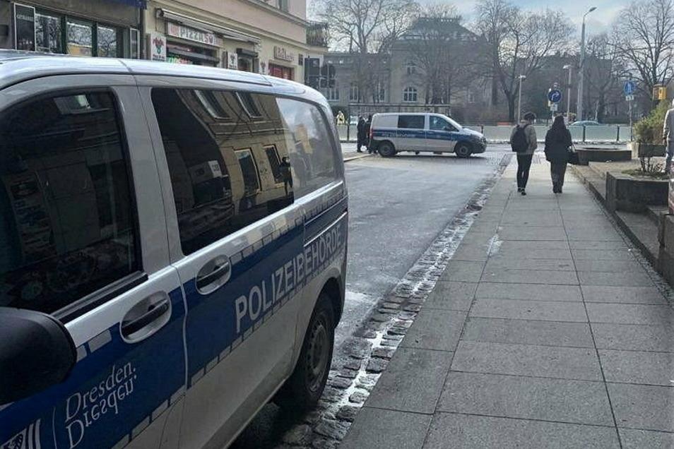 Nachdem der Wasserschaden entdeckt wurde, haben Polizei und Ordnungsamt die Straße vorübergehend komplett gesperrt.