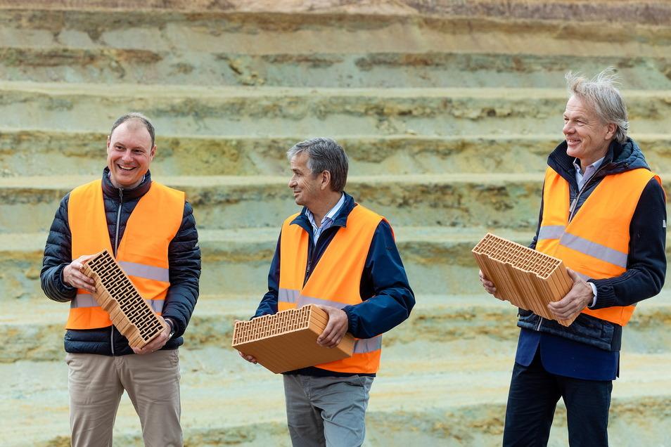 Das Führungstrio des Ziegelwerks Eder spielt für Freital eine tragende Rolle: Werkleiter Sascha Grafe, Konzernchef Johannes Eder und Mitgeschäftsführer Friedrich Lehensteiner (v.l.).
