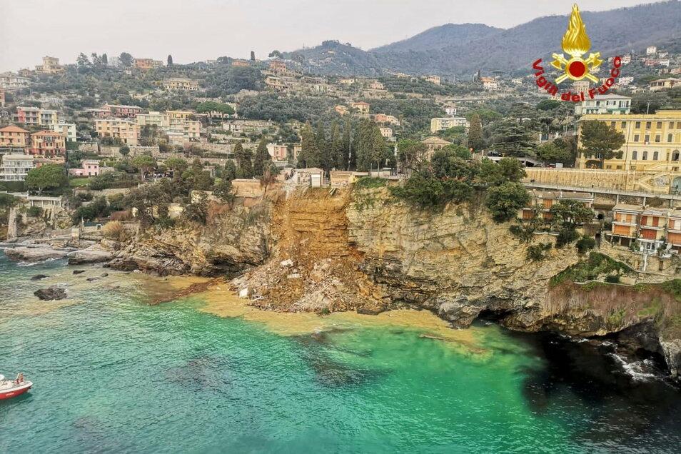 Italien, Camogli: Teile des hoch über dem Meer liegenden Friedhofs mit Dutzenden Särgen sind nach einem Erdrutsch in dem Küstenort in die Tiefe gestürzt.