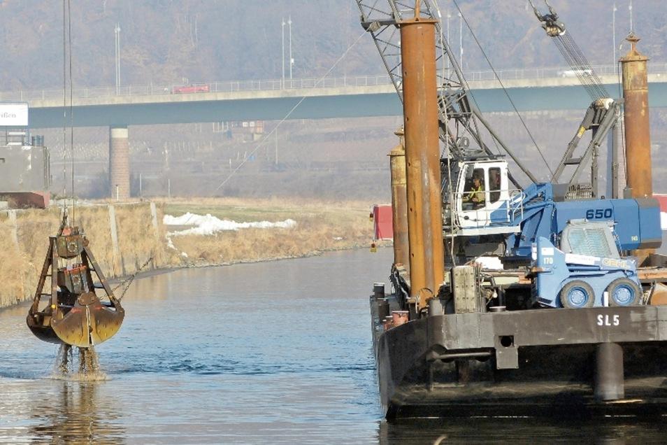 Wasserbau: Regelmäßig muss die Fahrrinne der Elbe ausgebaggert werden, damit die Fracht- und Passagierschifffahrt möglich bleibt.