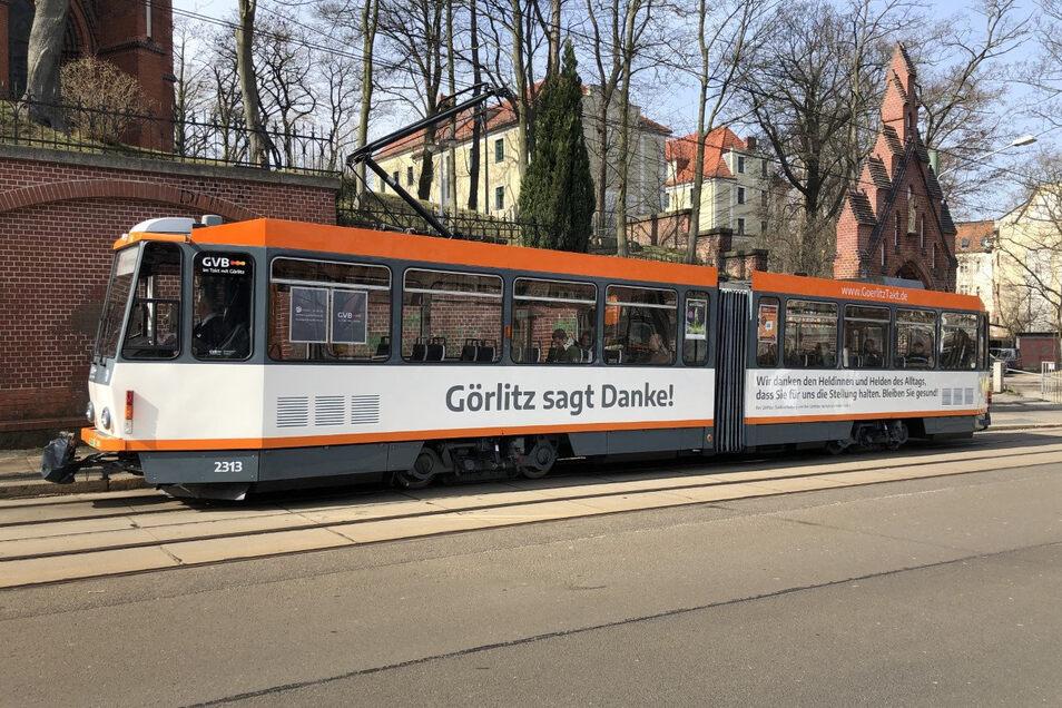 """""""Görlitz sagt Danke!"""" steht seit wenigen Tagen auf dieser Straßenbahn. Das ist in Corona-Zeiten eine gemeinsame Aktion von Stadt und Verkehrsbetrieben."""