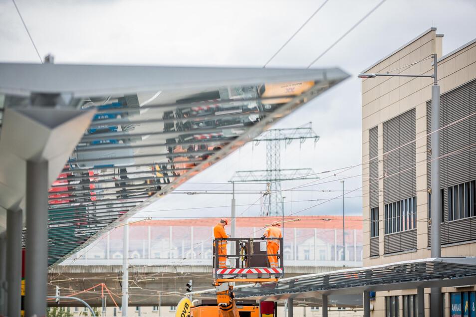 Viel Glas - das macht Dresdner Bahn- und Bushaltestellen aus, hier die Zentralhaltestelle Kesselsdorfer Straße kurz vor der Fertigestellung.