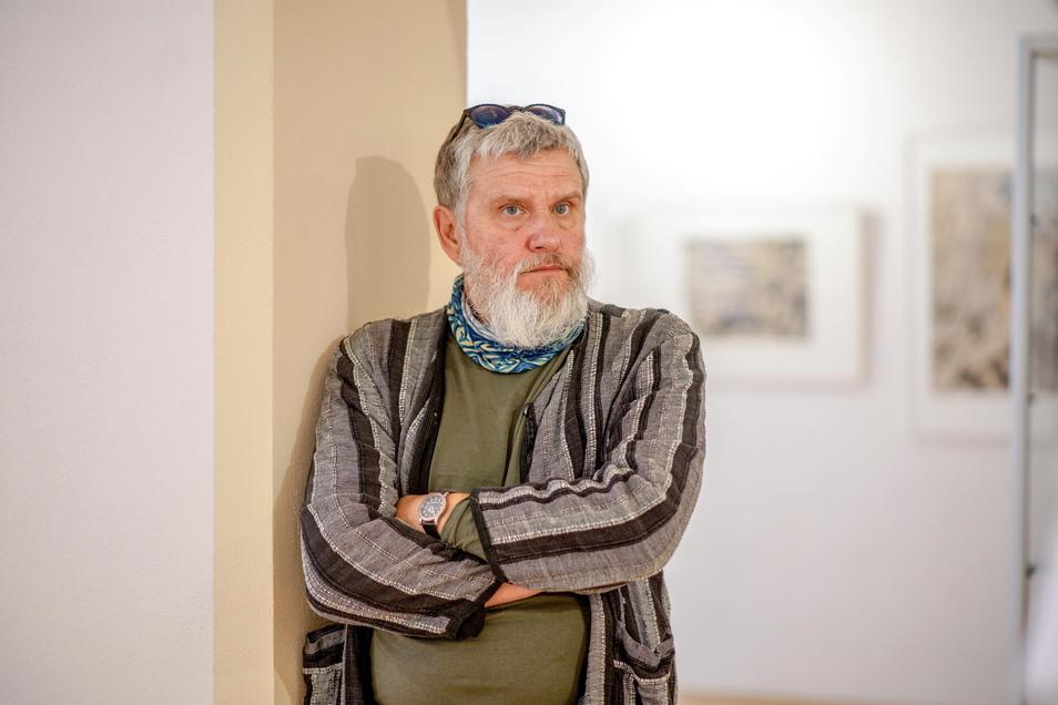 Falk Nützsche, hier in der Carl-Lohse-Galerie in Bischofswerda,  erzählt über das Leben seines Freundes Jens Hackel, der vor zehn Jahren starb.