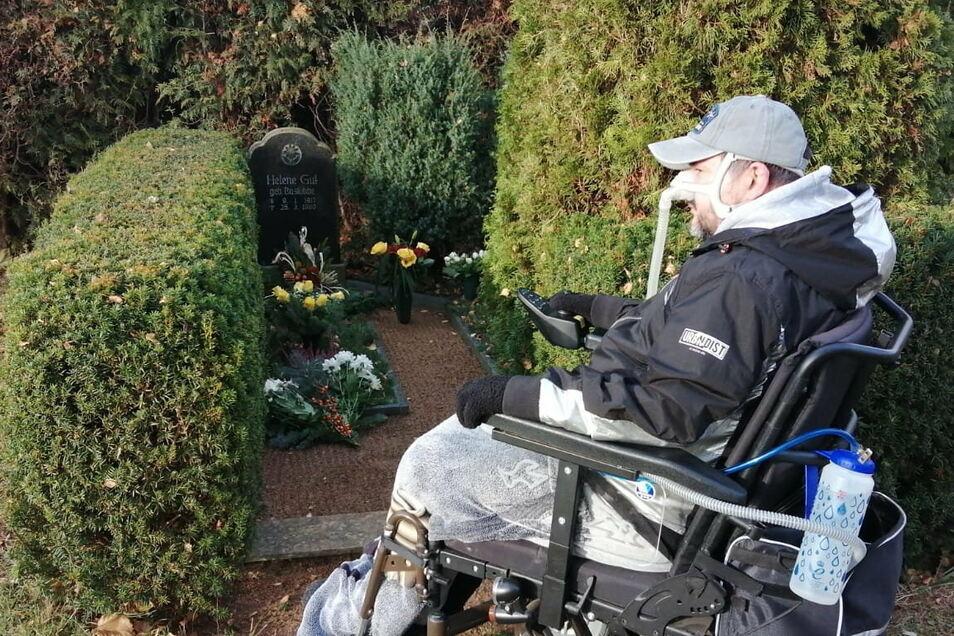 Andreas Bachmann auf dem Friedhof am Grab seiner Oma, das er zwei Jahre lang nicht besuchen konnte.
