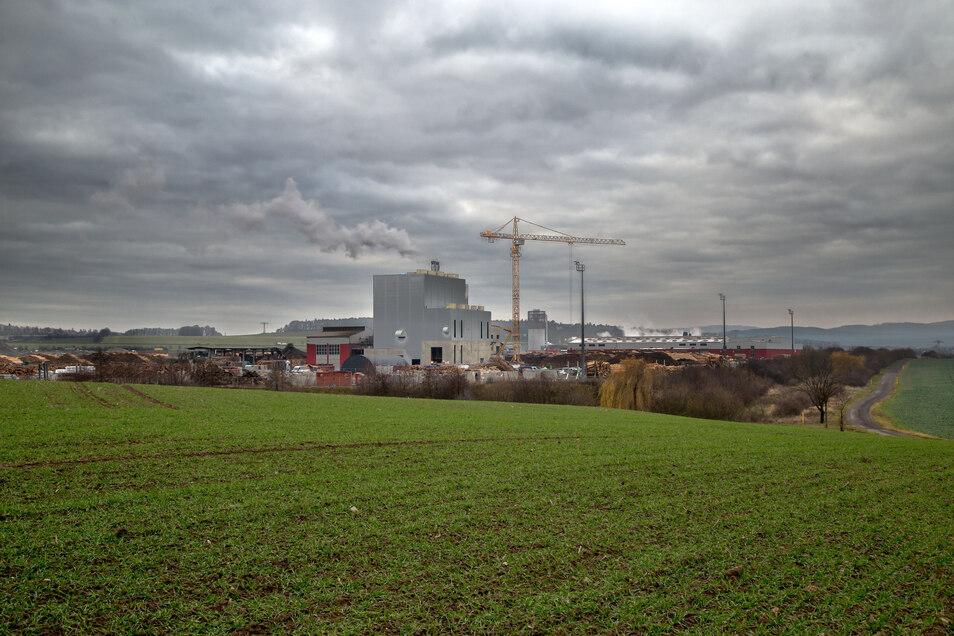 Bedrohlich sieht es aus, wenn die Abgase aus dem Gewerbegebiet Kodersdorf mit den tief stehenden Wolken verschmelzen.