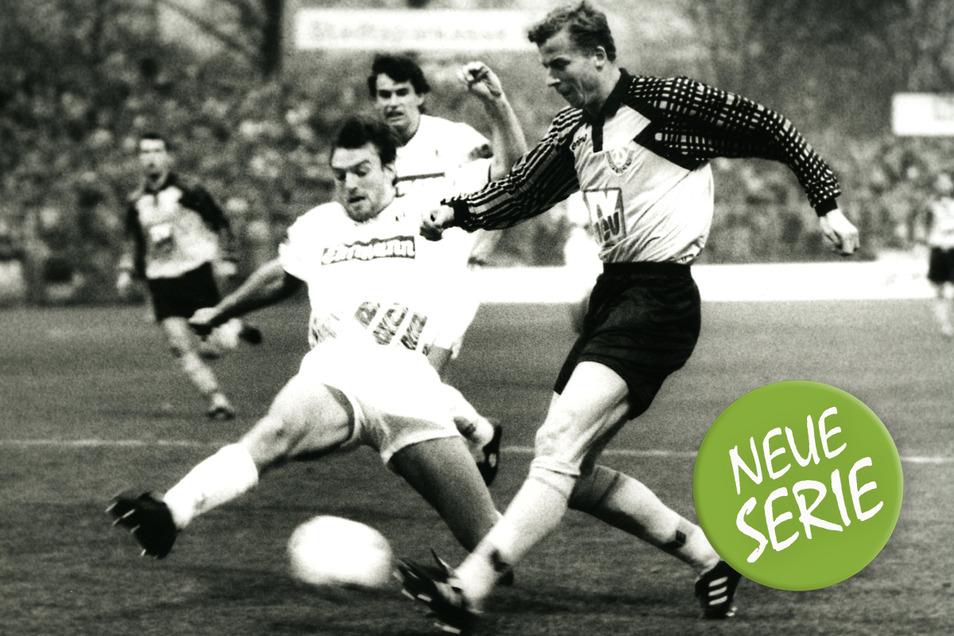 Johnny Ekström (l.) erzielt beim 1:1 im Heimspiel gegen den Karlsruher SC im November 1994 seinen vierten von sieben Treffern für Dynamo. Doch auch der Torjäger aus Schweden kann den Abstieg nicht verhindern.