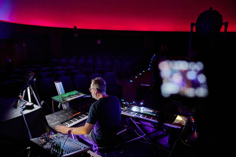 Einige Musiker spielen Konzerte ohne Publikum, die sie live online übertragen.