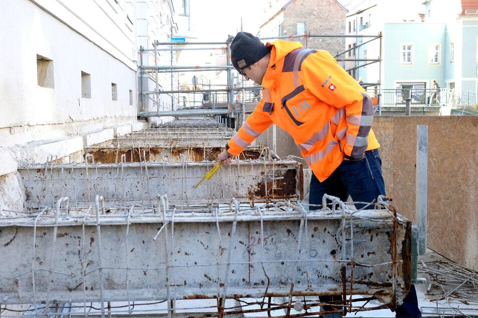 Ingenieur Michael Grahl weist auf Rostschäden an den Stahlträgern des alten Triebischstegs hin. Dieser wird nun für 1,4 Millionen Euro saniert.