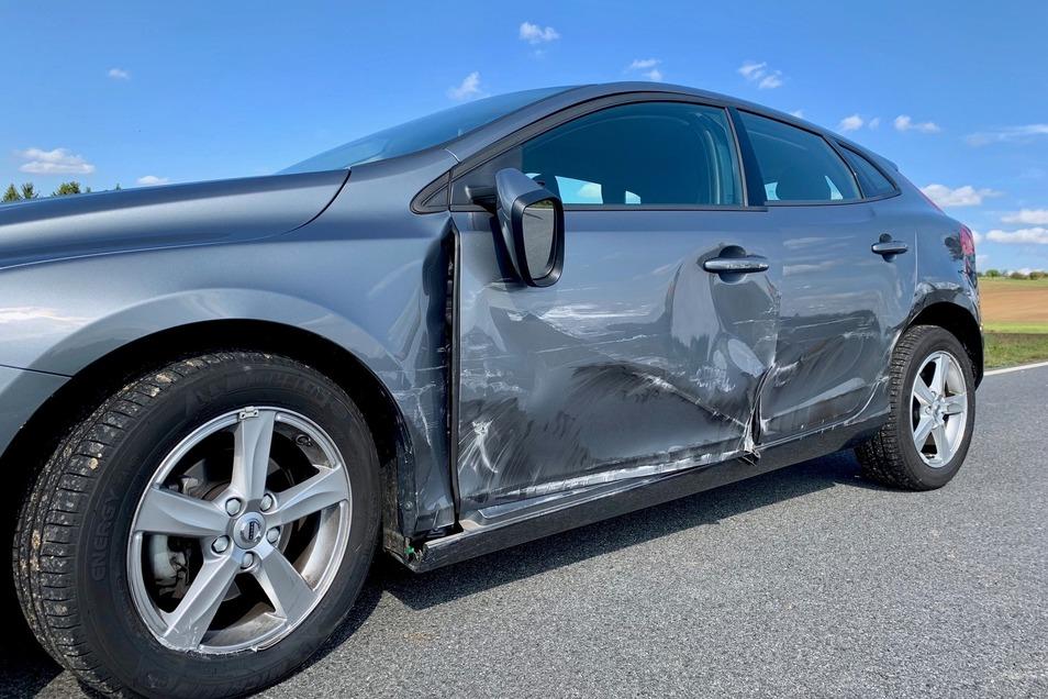Dieser Volvo wurde an der linken Flanke beschädigt.