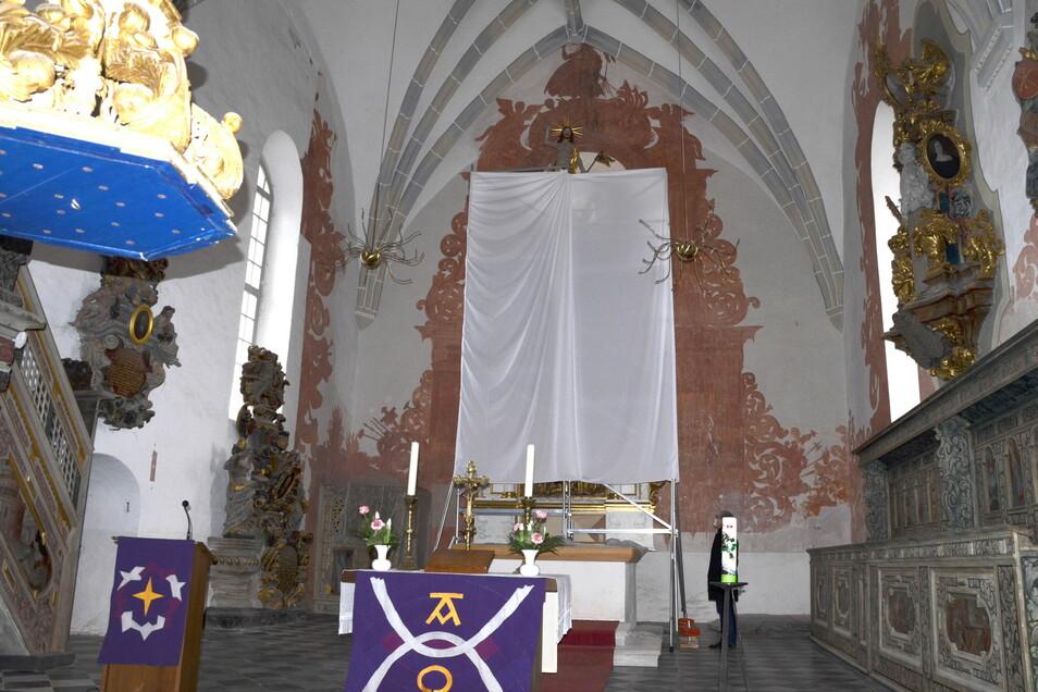 Die Schattenwandmalereien wurden freigelegt, der Altar restauriert. Noch ist der Altar verhüllt.