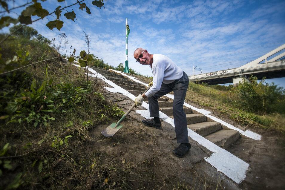 Rudolf Schmitz ist Teil der Fachgruppe Elbeschifffahrt Dresden und hat mit weiteren Mitgliedern die alte Anlegestelle herausgeputzt. Ob die Dampfer je wieder regulär in Riesa halten?