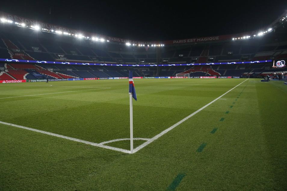 Das leere Spielfeld im Prinzenpark-Stadion. Das nach einem Rassismusvorwurf gegen den Vierten Offiziellen unterbrochene Champions-League-Spiel wird erst am Mittwoch wieder angepfiffen.
