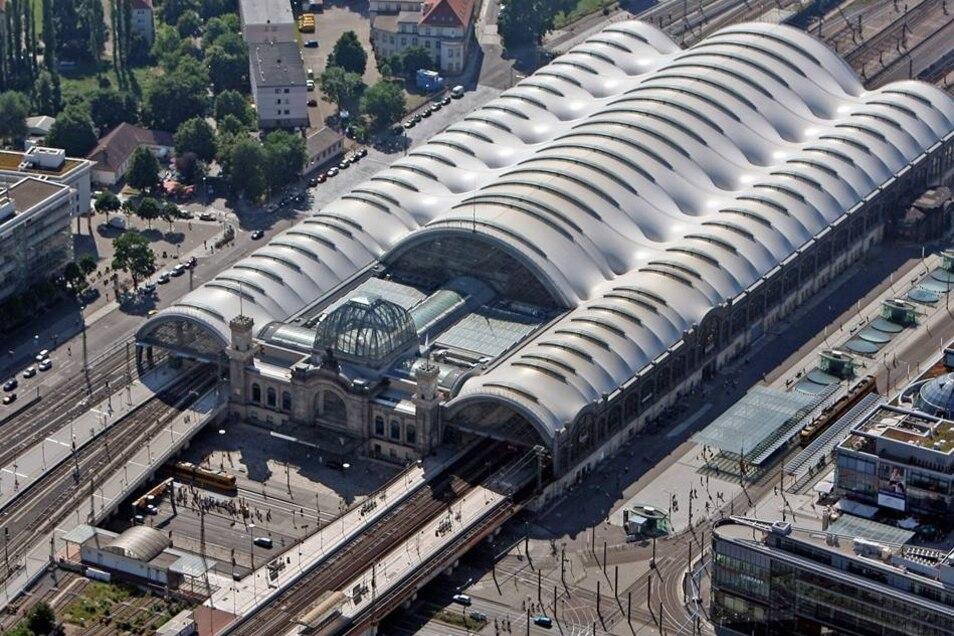 Der Dresdner Hauptbahnhof wurde 1898 vollendet und im Zweiten Weltkrieg zerstört. 1951 begann der Wiederaufbau.