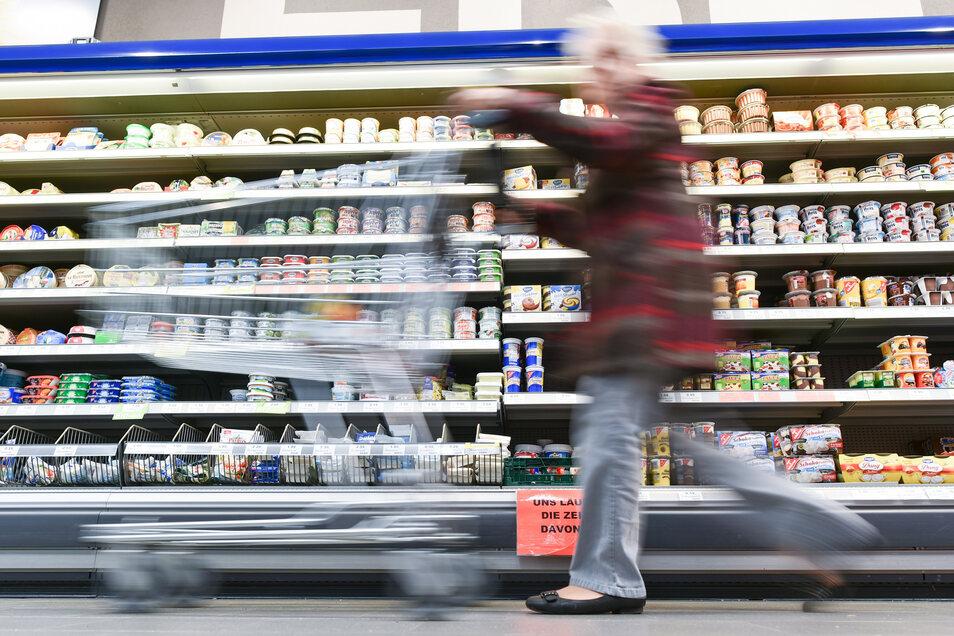 Egal ob Grießbrei oder Geschirrspültabs - viele Verpackungen werden absichtlich größer gestaltet, damit die Kunden zugreifen.