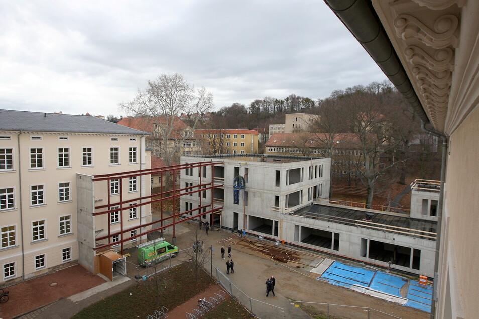 Blick auf dem Neubau nebst geplantem Übergang zum Altbau: Das Zwischenstück wird vorerst nur als zweiter Rettungsweg ausgebildet - ohne weiteren Ausbau.