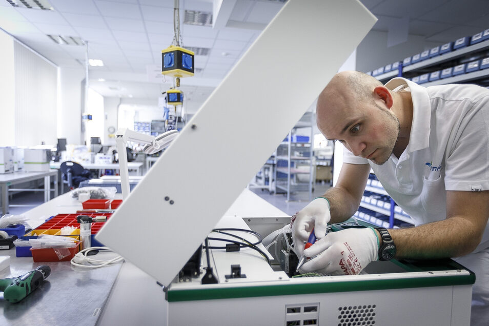 Oliver Zimmermann arbeitet bei Sysmex Partec an der Arndtstraße in Görlitz an einem Cy Flow Space. Es ist das größte und teuerste Partec-Gerät für die industrielle Anwendung. Wenn es fertig ist, zählt es lebende Bakterien in Lebensmitteln.