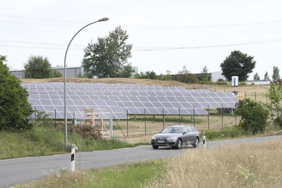 Im Gewerbepark Mockritz ist diese Solaranlage entstanden. In Betrieb kann sie aber noch nicht gehen, weil noch ein wichtiges Bauteil fehlt.