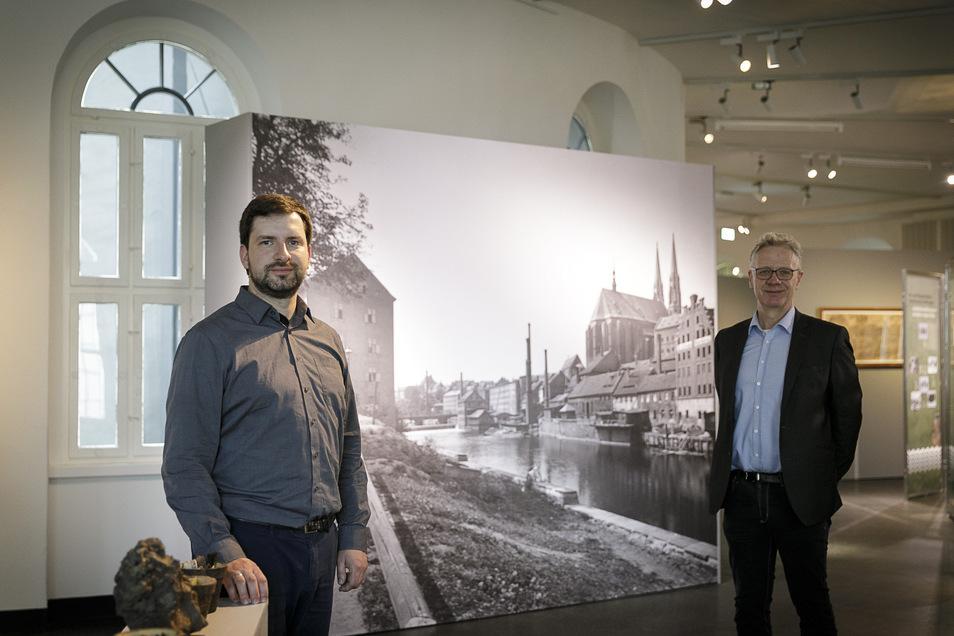 """Der Historiker Jan Bergmann-Ahlswede (li.) und Museumsdirektor Jasper von Richthofen in der Ausstellung """"Abenteuer Neiße – Geschichten am Fluss"""" , die ab sofort im Görlitzer Kaisertrutz zu sehen ist."""