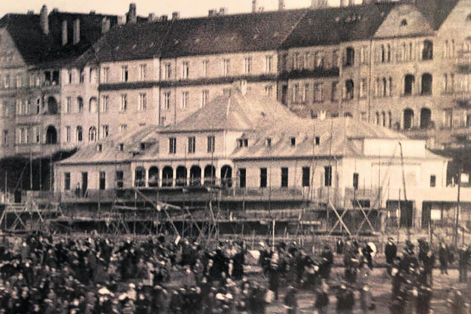 Früher wurde das Haus als Teil des Elbeflughafens genutzt. Auch ein Fußballverein war hier beheimatet.