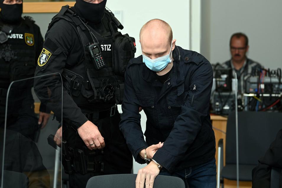 Der angeklagte Stephan B. wird zu Beginn des zwölften Prozesstages in den Saal des Landgerichts in Magdeburg gebracht.
