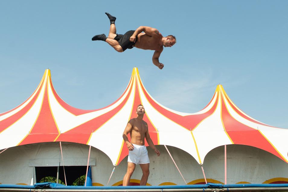 René Scholl (31, schwarze Hose) und sein Bruder Alfred sind der Höhepunkt im Circus Busch.