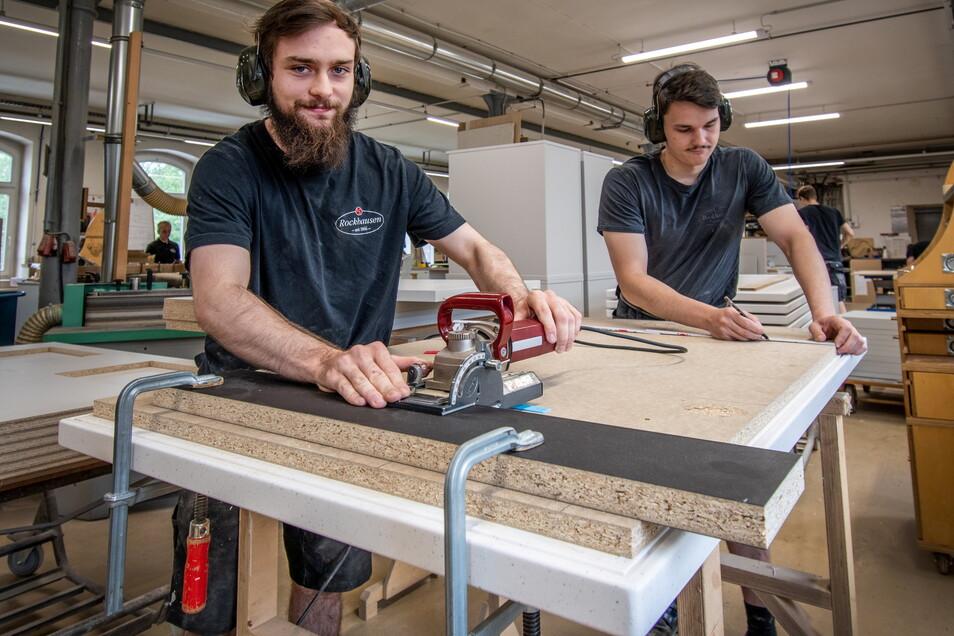 Florian Perge (links), Auszubildender im dritten Lehrjahr, und René Kuhnert, seit vier Jahren ausgelernt, arbeiten in der Waldheimer Firma Rockhausen an einer Apothekeneinrichtung.