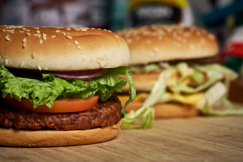 Auch McDonalds hat seit Jahren einen veganen Burger im Angebot - der sogar appetitlicher aussieht als der BigMac im Hintergrund.