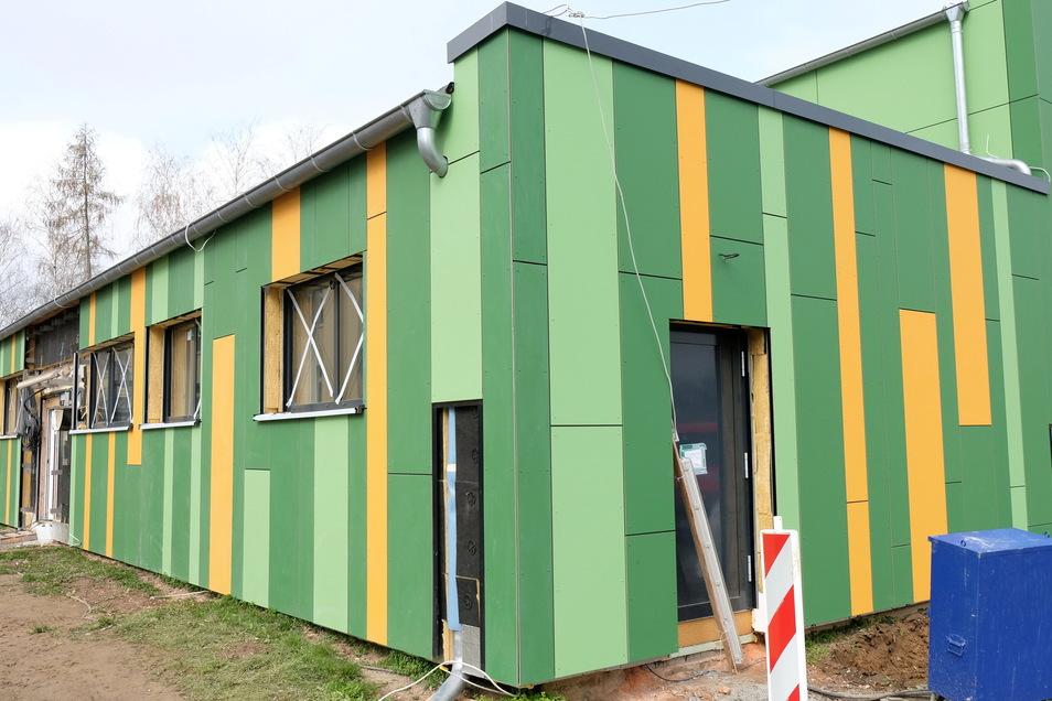 An die farbliche Gestaltung der Sporthalle in Krögis muss man sich wohl erst noch gewöhnen. Die Halle wird derzeit energerisch saniert.