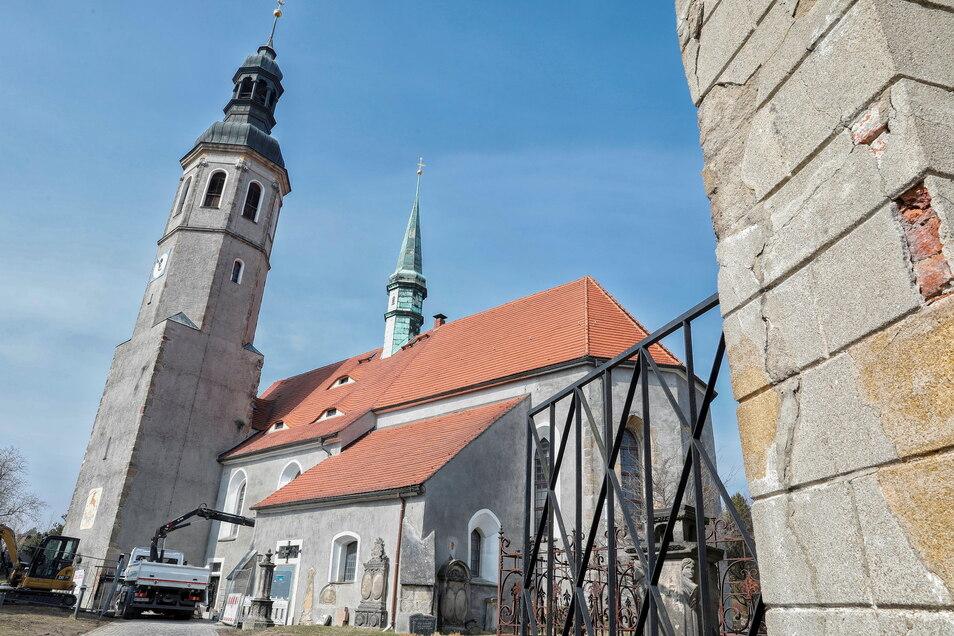 Die Hirschfelder Kirche mit ihrer Vorkirche.