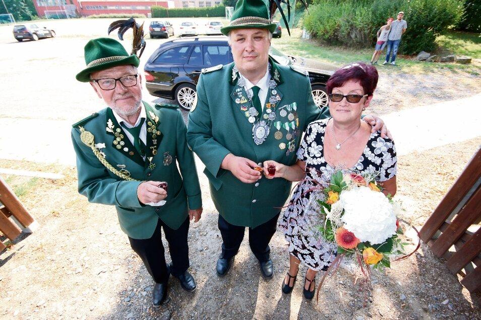 Tobias May (Mitte) a konnte sich im vergangenen Jahr als Schützenkönig feiern lassen. Wenn es nach Dietmar Merkel (links), Vorsitzender des Harthaer Schützenvereins, geht, wird dieser Titel auch in diesem Jahr wieder vergeben.