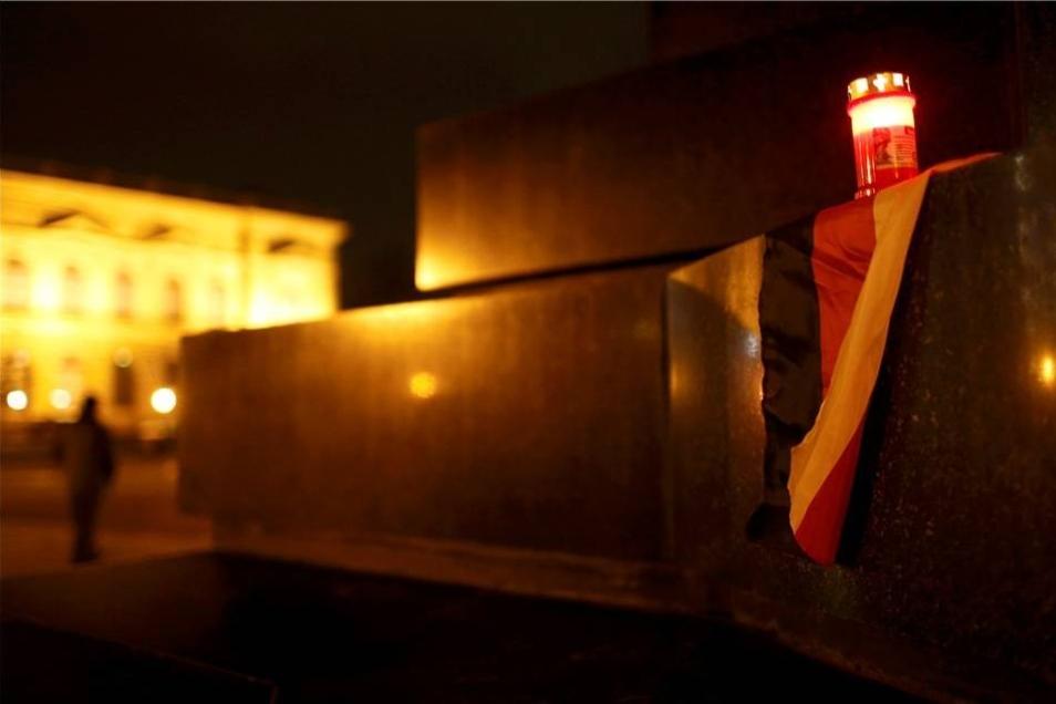 Am König-Johann-Denkmal wurden Kerzen abgestellt.