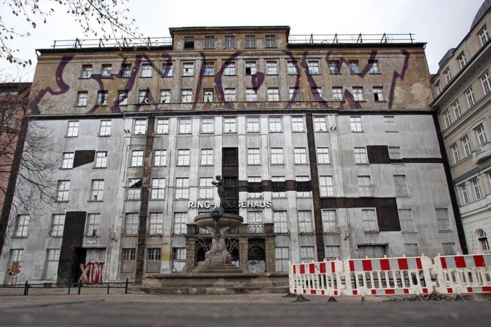 Ein überdimensionales Graffito am ehemaligen Ring-Messehaus in Leipzig, aufgenommen am 18.04.2012.