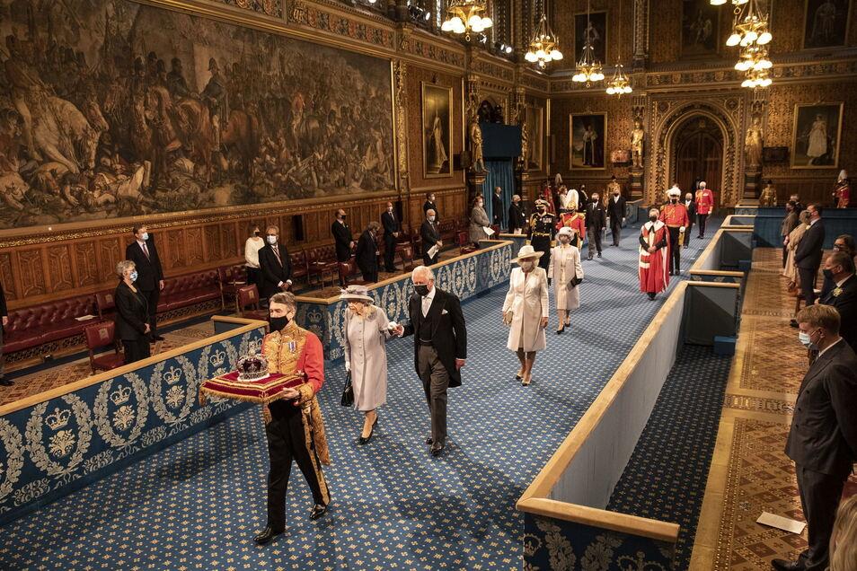 Begleitet wurde sie von Thronfolger Prinz Charles (72) und dessen Frau Camilla (73).