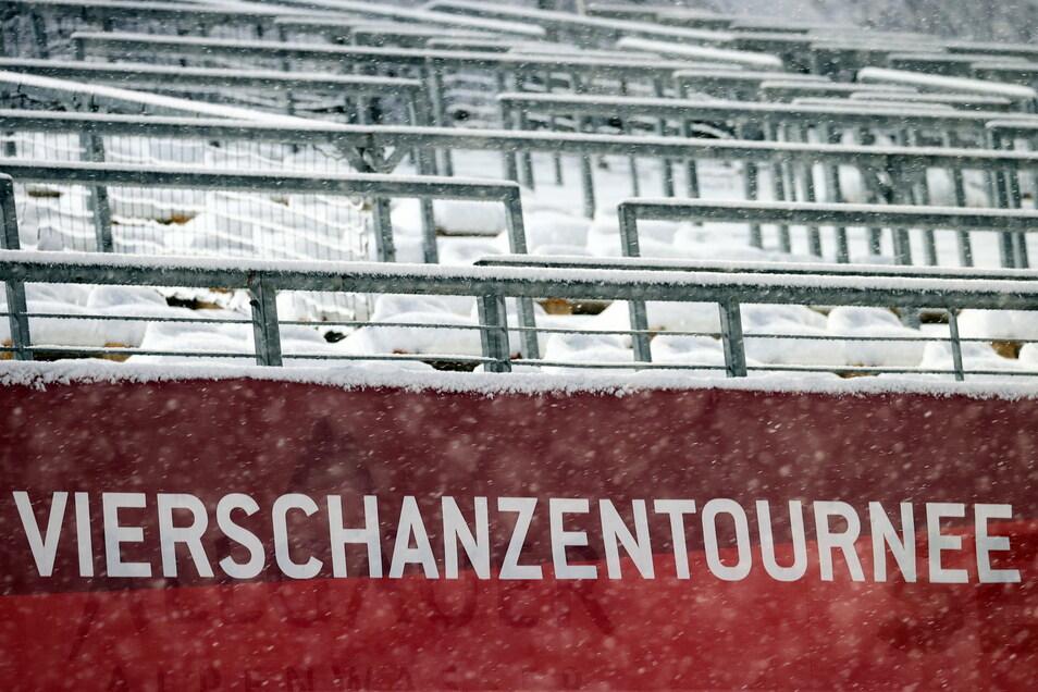 Viel Schnee, leere Tribünen und keine Polen: Der Auftakt der Vierschanzentournee verlief nicht nach Plan.