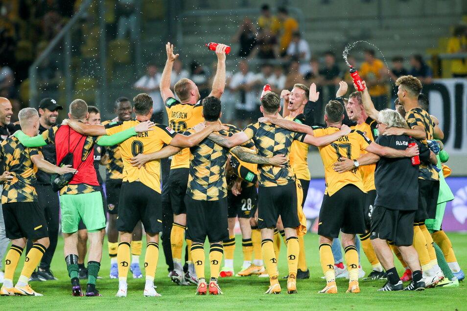 Nach dem Schlusspfiff feiern Dynamos Sieger im Kreis mit Kapitän und Torschütze Sebastian Mai (M.) als Vortänzer in der Mitte.